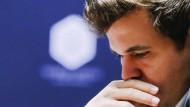 So glücklich wie selten: Magnus Carlsen gelingt der Ausgleich.