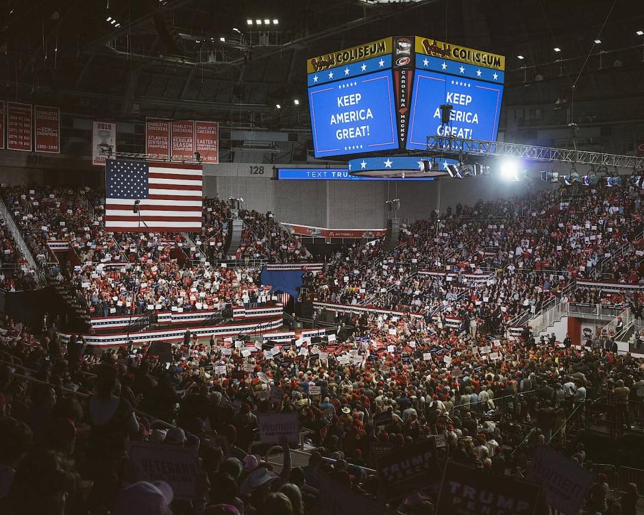 """Mit dem Slogan """"Keep America Great!"""" war auch der Auftritt des damaligen Präsidenten Amerikas, Donald Trump, im Bundesstaat North Carolina im Bojangles Coliseum überschrieben. Hier hielt er in einer Veranstaltungshalle von Charlotte vor mehr als 8.000 Unterstützern eine Rede."""