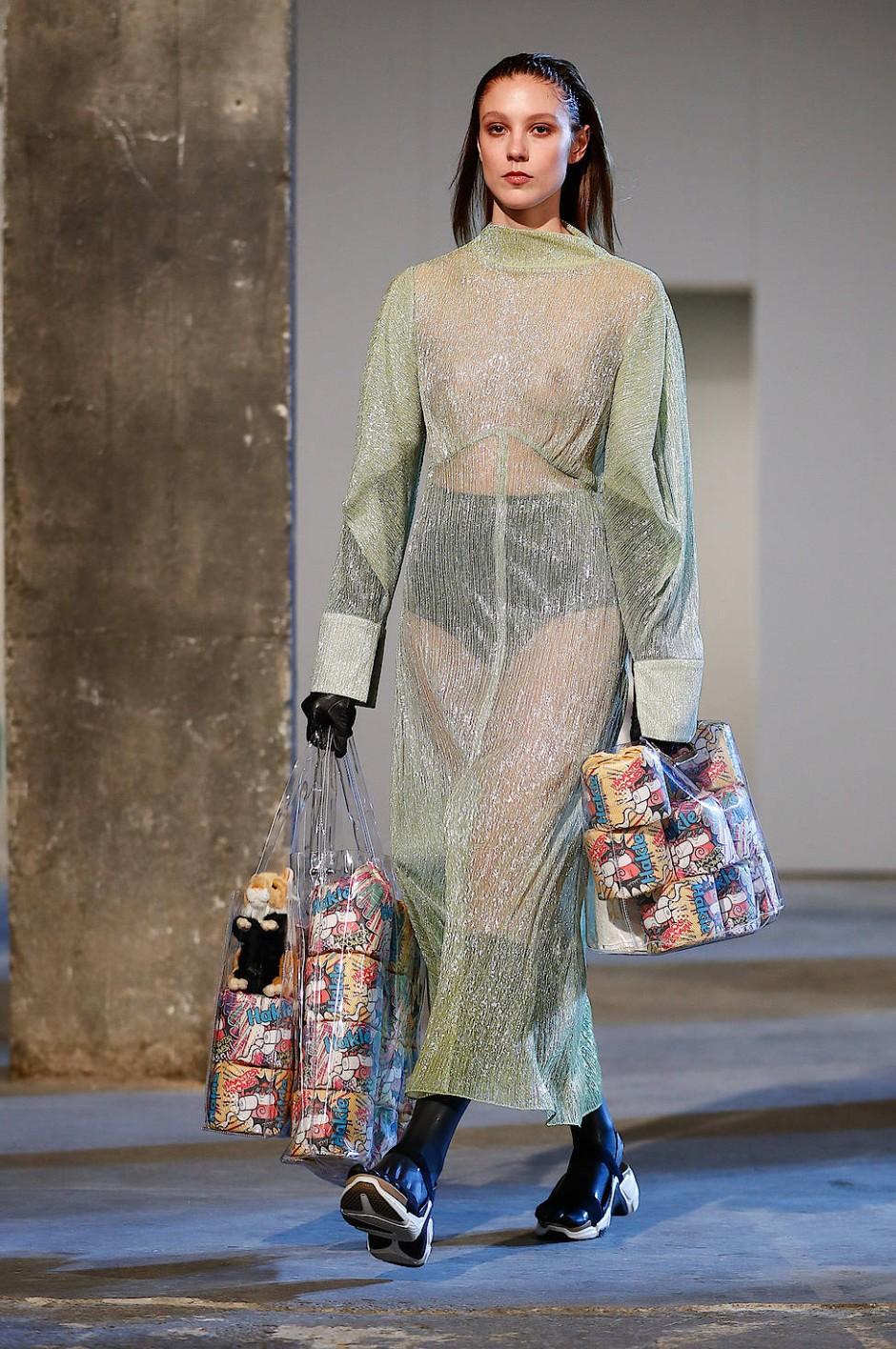 Die Models tragen große Plastiktaschen, gefüllt mit Klopapier und kleinen Stoffhamstern, um sich über die Hamsterkäufe lustig zu machen.