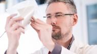 Innovation: Mediziner Carsten Mahrenholz mit dem Plasma-Pflaster.