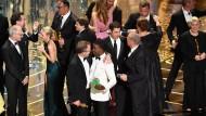 """Alles bestens gelaufen: Das Team des Siegerfilms """"Spotlight"""" - Rachel McAdams, Michael Sugar, Tom McCarthy, Josh Singer, Michael Keaton, Liev Schreiber und der Gastgeber des Abends, Chris Rock (mit Kekspackung) - nach der Oscar-Verleihung in der Nacht zum Montag."""
