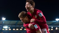 Stuttgarts Takuma Asano (r.) und Simon Terodde bejubeln das 3:2 gegen Bielefeld.