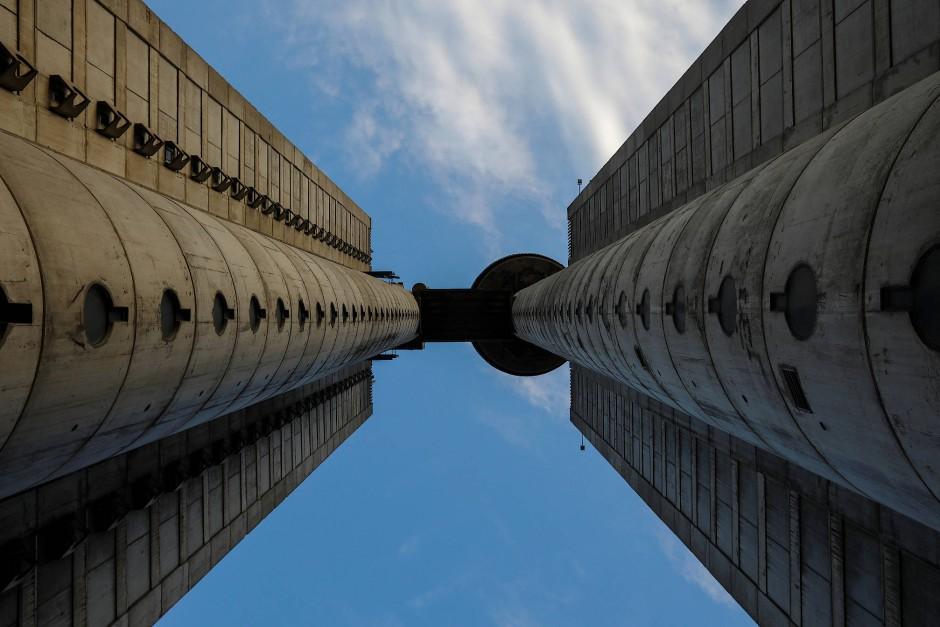 Der Genex Tower in Belgrad, auch bekannt als The Western City Gate, besteht aus zwei schwebenden Säulen, die durch eine Luftbrücke verbunden sind.