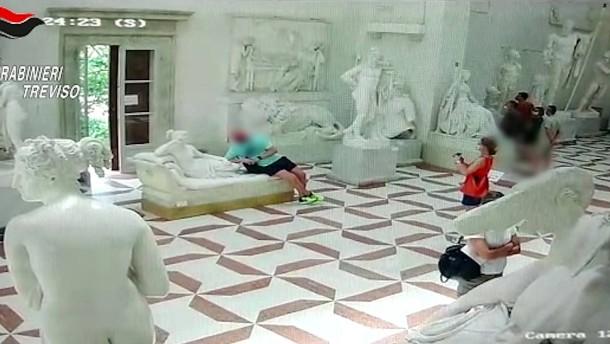 Tourist setzt sich auf Statue und bricht Zehen ab