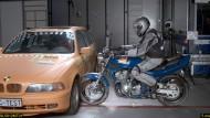 Großzügige Entwicklungszeit: Das italienische Unternehmen Dainese arbeitete rund 15 Jahre an der Entwicklung des Airbag-Systems für Motorradfahrer. Im Dezember 2012 wurde dafür ein ADAC-Crashtest durchgeführt.