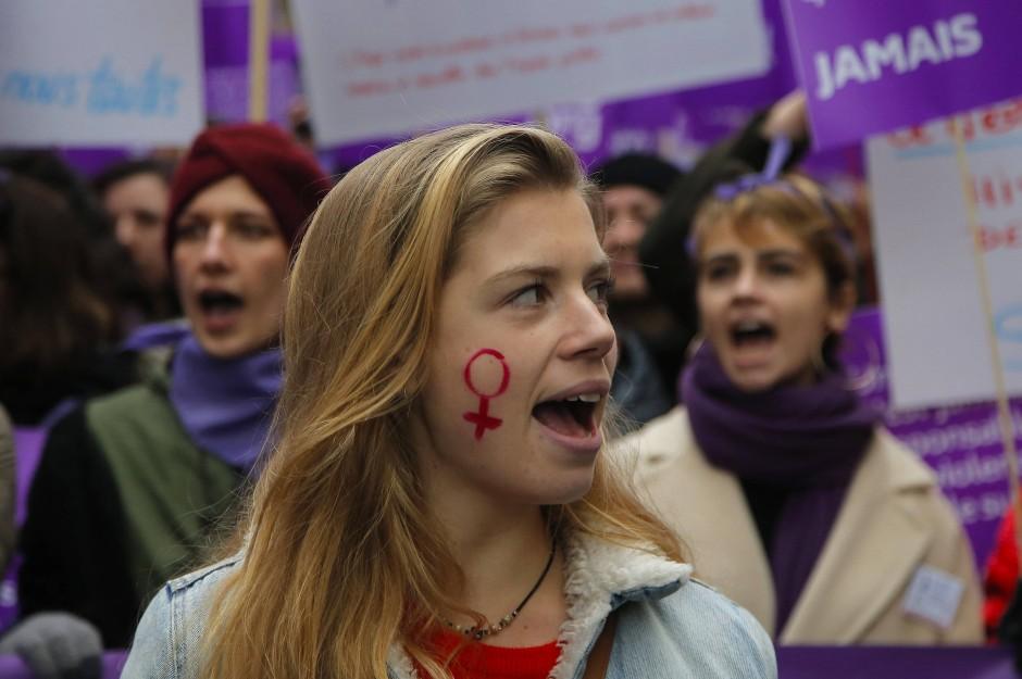 Gegen tödliche Gewalt in Partnerschaften: Feministische Demonstration in Frankreich im November 2018