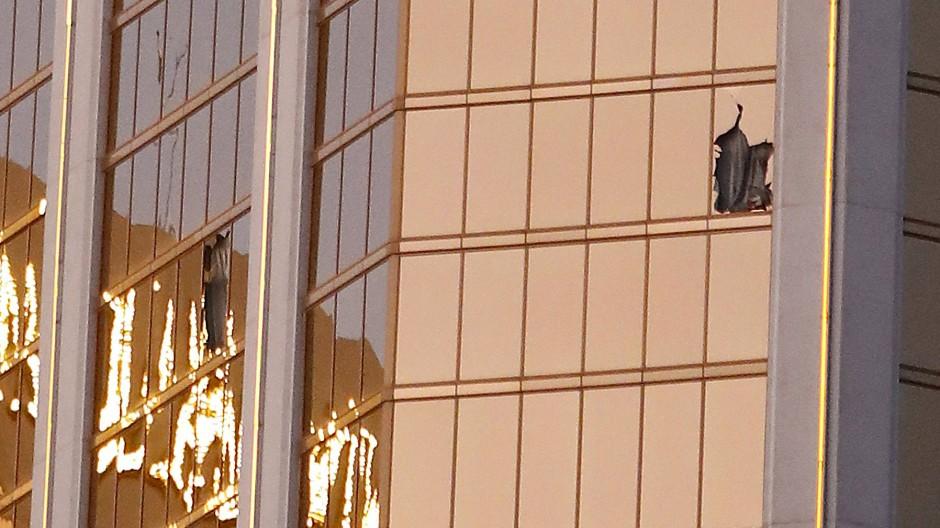Zerstörte Fenster an der Fassade des Mandala Bay Hotels.