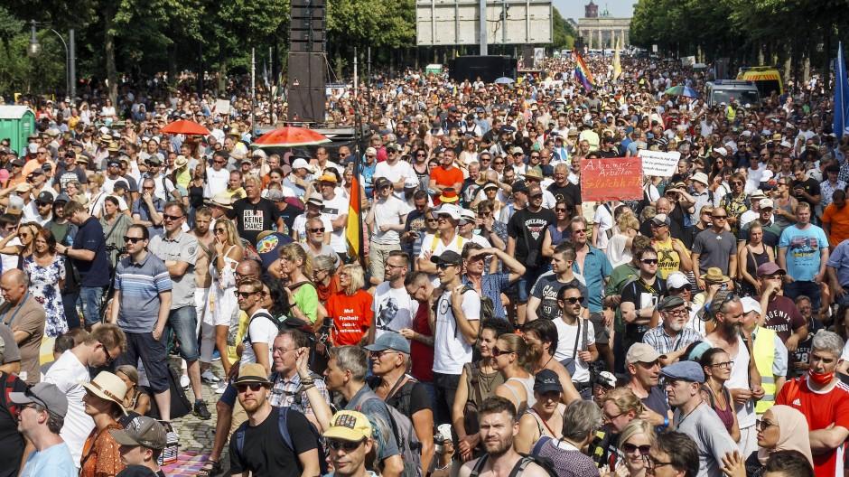 Nah beieinander: Das Infektionsrisiko auf Demonstrationen ist sehr hoch, weil die Teilnehmer sehr laut und oft von Angesicht zu Angesicht sprechen.