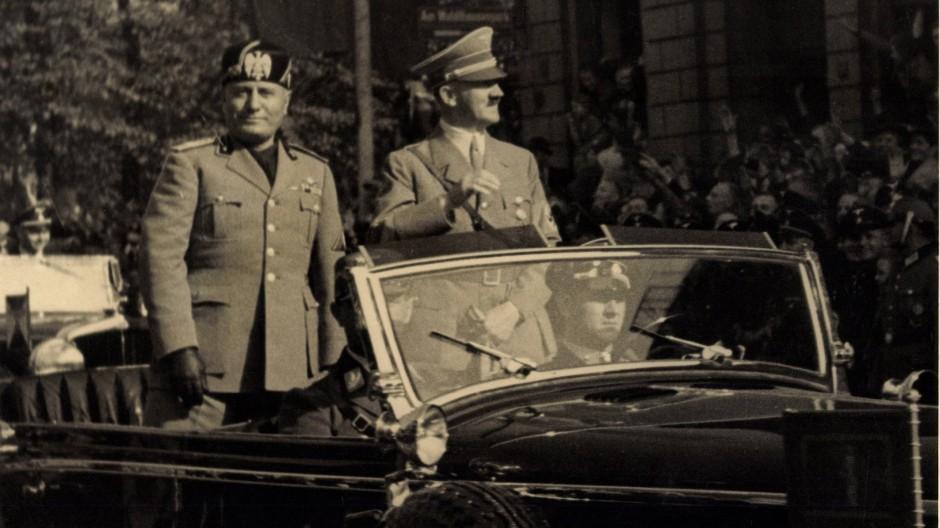Die faschistischen Diktatoren Benito Mussolini und Adolf Hitler bei einem Staatsbesuch Ende der Dreißigerjahre.
