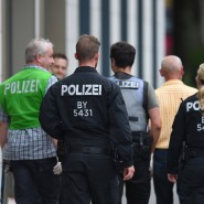 Die Polizei ist seit Freitagabend im Dauereinsatz.. Am Morgen durchsuchen die Ermittler eine Wohnung in München.