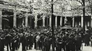 Vor der Berliner Börse im Jahr 1905: Damals setzten die Berliner lieber auf Aktien, während die Frankfurter Liebhaber von Anleihen waren.