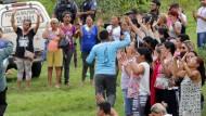 Menschen beten für ihre Angehörigen, die im Gefängnis sitzen, in dem es zu einem Gewaltausbruch rivalisierender Verbrecherkartelle kam.