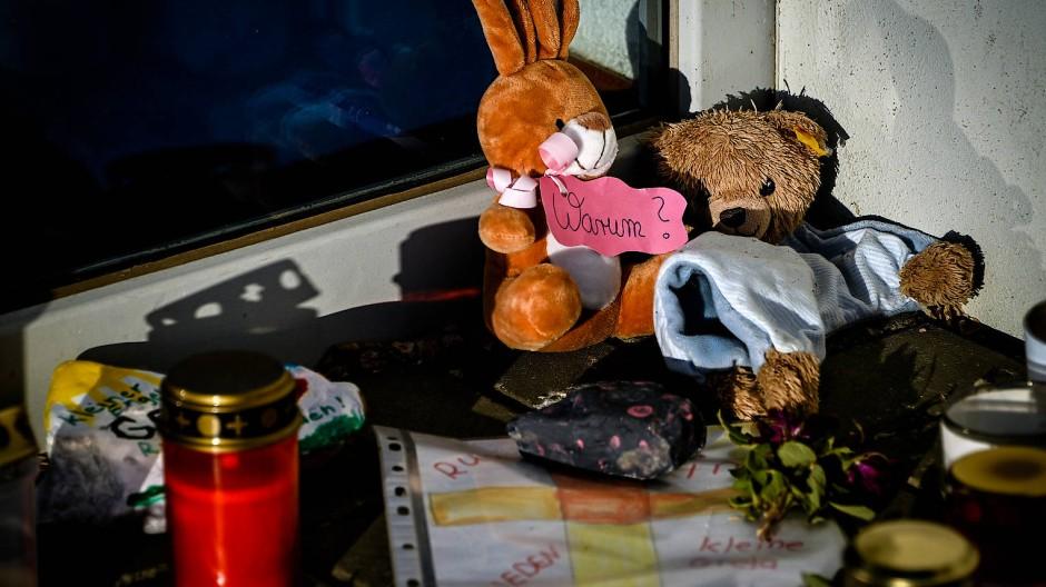 """Kerzen und Stofftiere vor der Kita """"Am Steinkreis"""" in Viersen: Hier starb am 21. April eine Dreijährige."""