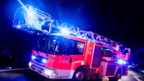 Gut 40 Festnahmen nach Autobränden – Mehrzweckhalle in Flammen