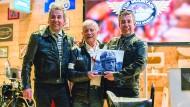 Benzin Drillinge: Die Zwillingsbrüder Attila (links) und Alban Scheiber mit Rennlegende Giacomo Agostini.