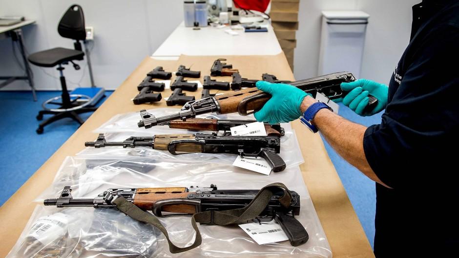 Waffen, die bei einer Razzia 2015 beschlagnahmt worden sind
