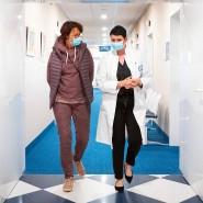 Jördis Frommhold, Leiterin der Abteilung für Atemwegserkrankungen und Allergien (rechts) der Median-Rehaklinik in Heiligendamm im Gespräch mit Patientin Annemarie Sigle.