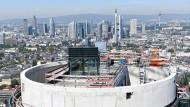 Bald fertig: Der neue Henninger-Turm vergrößert das Angebot teurer Frankfurter Wohnungen.