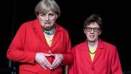 """Achtung, Verwechslungsgefahr: """"Merkel"""" und """"Kramp-Karrenbauer"""" besuchen Mainz."""