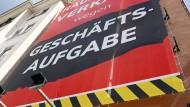 """""""Geschäftsaufgabe"""" hängt an einem Einzelhandelsgeschäft in der Stuttgarter Innenstadt."""