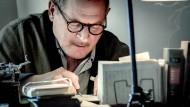 Schreib das auf, Bertolt: Burghart Klaußner spielt Brecht, den Älteren, der schon frühmorgens am Schreibtisch sitzt.