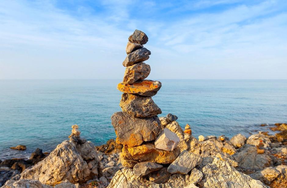 Irgendwo zwischen Hochstapelei und Zen: Steinstapel an einem Strand auf Kreta.
