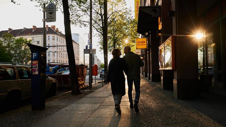 Um auf Augenhöhe zu sein, streckt sich die Frau hoch und der Mann beugt sich hinunter. Das ist ein weitverbreitetes Bild. (Symbolbild)