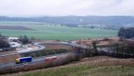 Der Verkehr fließt, und für die Landwirte werden Ausweichstrecken gebaut: B49 bei Beselich