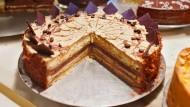 Aber bitte mit Sahne: Dass der Kuchen nicht schnell größer wird, finden Forscher nicht so schlimm. Entscheidend ist, ob jeder ein Stück abbekommt.