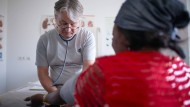 Konzentration aufs Wesentliche: James Jacobsen behandelt Patienten, die keine Krankenversicherung haben.