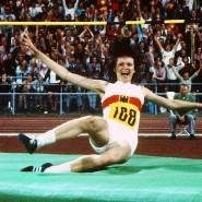 Sensationeller Sieg mit Goldmedaille als Folge: Die damals16 Jahre alte Hochspringerin Ulrike Meyfarth jubelt gemeinsam mit tausenden Zuschauern im Münchener Olympiastadion nach ihrer Landung.