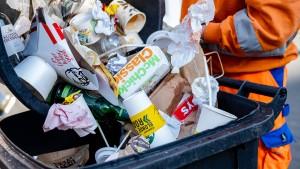 Müllberge in Parks und auf Plätzen