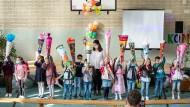 Erstklässler bei der Einschulungsfeier in der Turnhalle der Walter-Kolb-Schule im Frankfurter Stadtteil Unterliederbach am Dienstag.