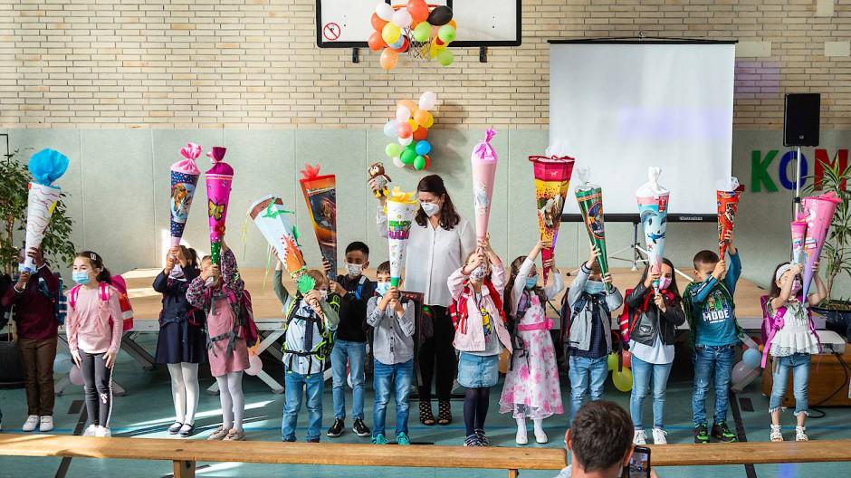 Hoch die Tüten: Erstklässler bei der Einschulungsfeier in der Turnhalle der Walter-Kolb-Schule im Frankfurter Stadtteil Unterliederbach am Dienstag.