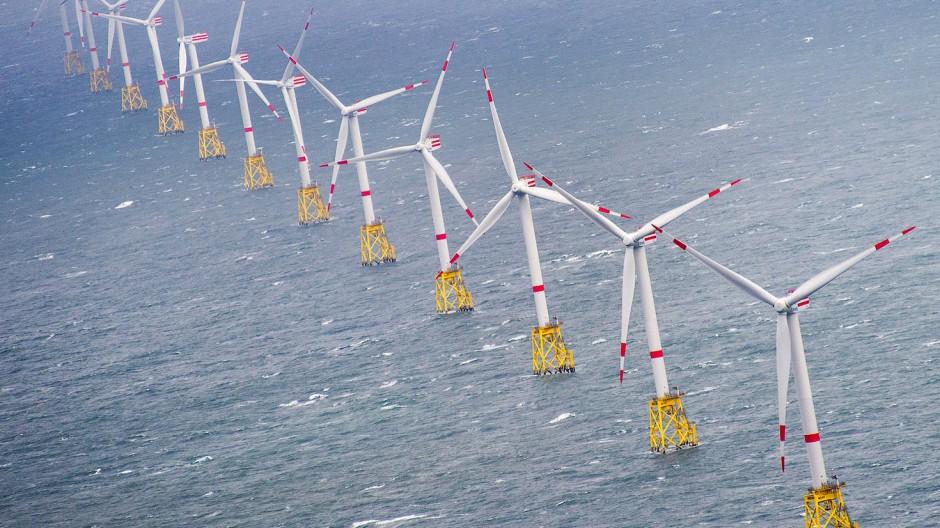 """Zahlreiche Windkraftanlagen stehen im Offshore-Windpark """"Nordsee-Ost"""" vor der Insel Sylt (Schleswig-Holstein) in der Nordsee."""