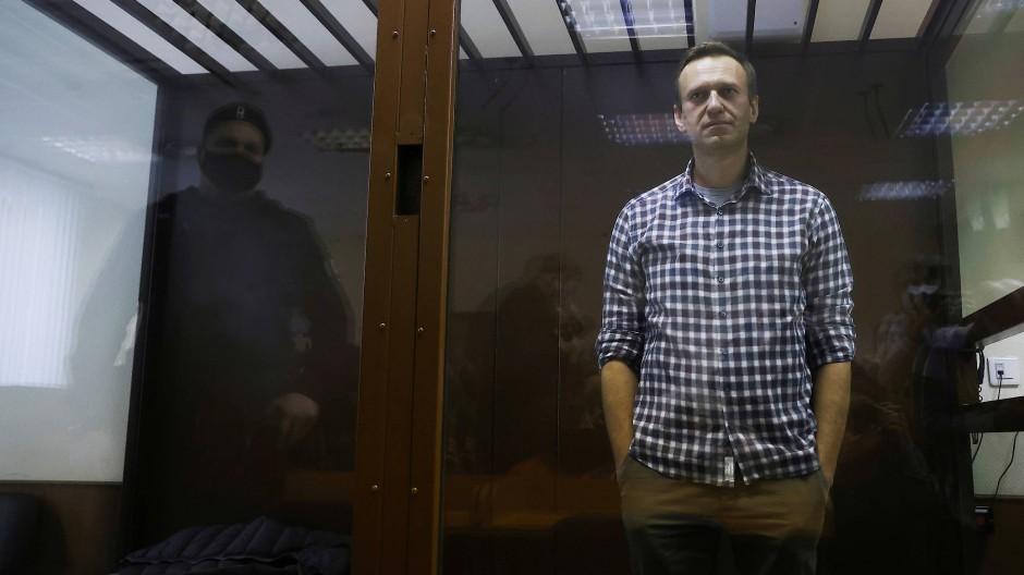 Aleyej Nawalnyj hinter einer Glasscheibe bei einer Anhörung am 20. Februar in Moskau