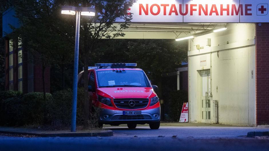 Ein Notarzt-Fahrzeug steht vor der Notaufnahme eines Krankenhauses in Hannover. (Archivbild).