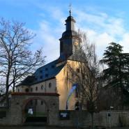 """Auf den Fundamenten einer bedeutenden Königspfalz steht die 1750 zu einem Saalbau umgestaltete Laurentiuskirche von Trebur. Von hier nahm 1076 der """"Gang nach Canossa"""" seinen Ausgang"""