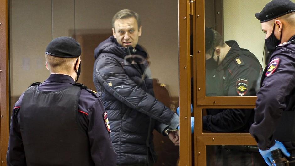 Alexej Nawalnyj wird am 16. Februar von Sicherheitskräften zu einer Anhörung im Moskauer Bezirksgericht Babuschkinskyj gebracht.