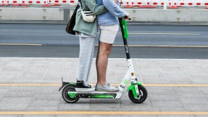 Straßenbahn, Auto, E-Scooter