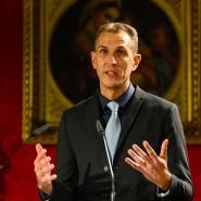 Der ungarische Journalist Szabolcs Dull bedankt sich im Raffaelsaal der Orangerie Sanssouci nach der Verleihung des M100 Media Award.