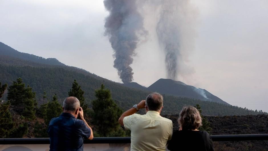 Ein gefährliches Naturschauspiel: Menschen fotografieren den Cumbre Vieja von El Paso am 18.10.2021.