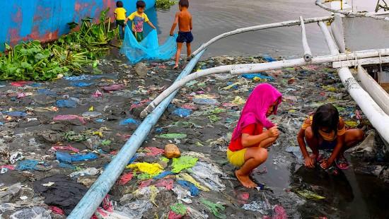 Veronica tauscht Plastik gegen Reis