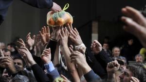 Doppelte Demonstration: Griechische Bauern verteilen kostenlos Obst und Gemüse, um gegen gestiegene Kosten zu protestieren