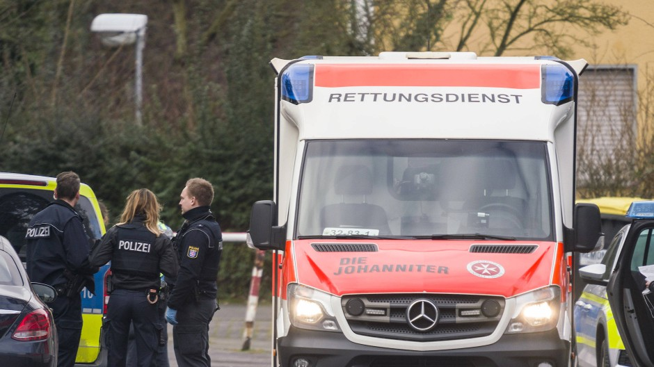 Die Polizei ermittelt: Zwei Menschen sind nahe Offenbach durch Schüsse schwer verletzt worden.