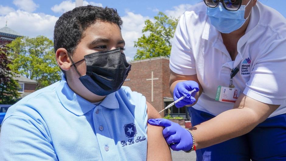 Ein 13-Jähriger wird im Bundesstaat New York in den USA gegen Corona geimpft.