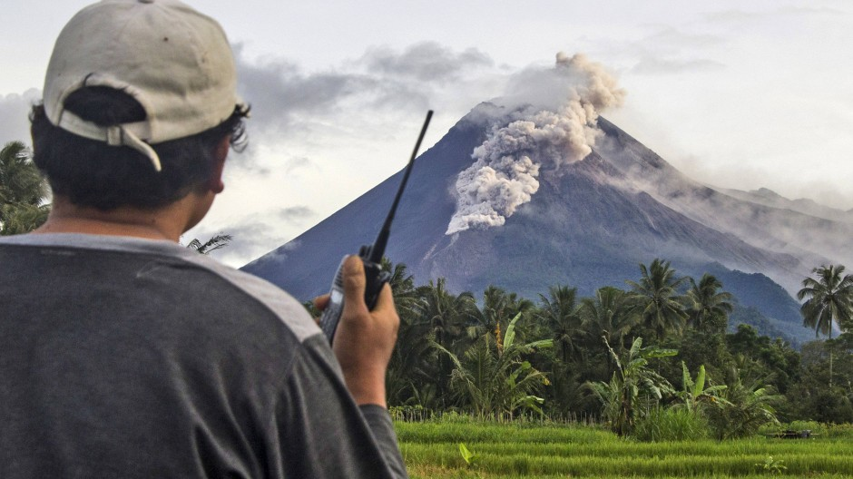Ein freiwilliger Helfer überwacht den Vulkan Mount Merapi während der Eruption.