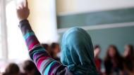 Kein Kopftuch mehr im Unterricht – so wie auf unserem Bild bei einer Schülerin aus Oberhausen: Das österreichische Parlament hat ein Kopftuchverbot für Grundschulkinder beschlossen