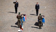 Letzte Ehre: Präsident Macron vor den Särgen der beiden getöteten Soldaten