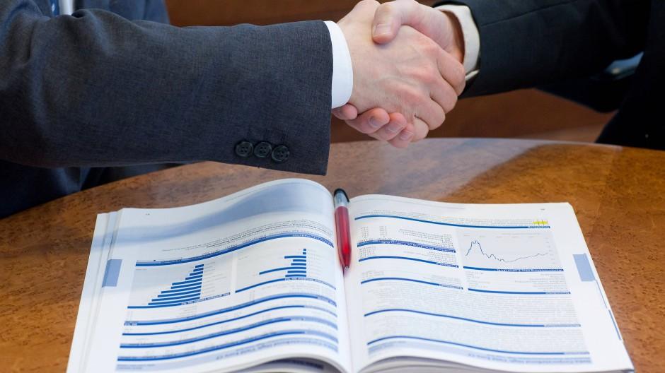 Vertragsabschluss zwischen Bankberater und Kunde